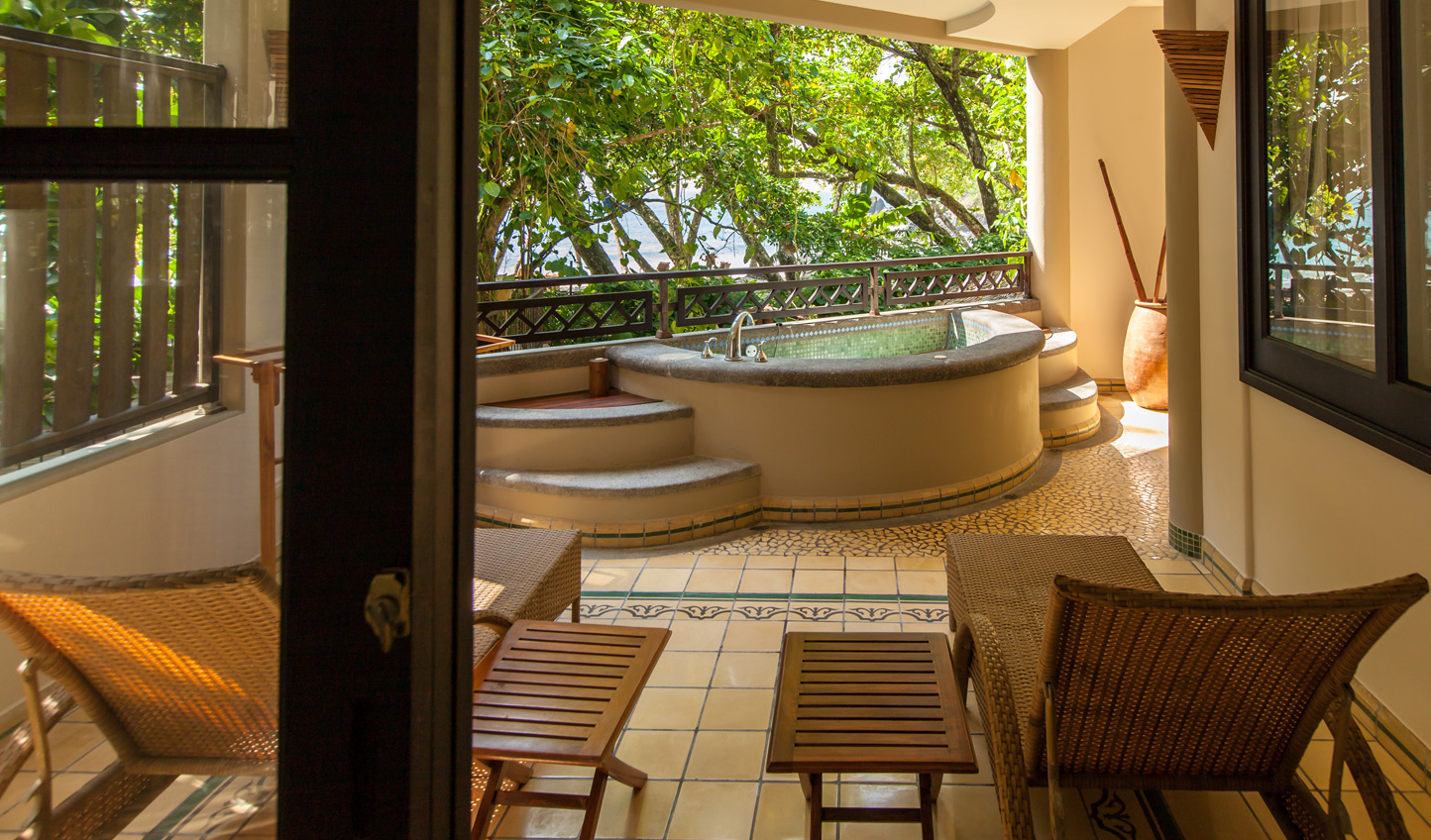 Recline in the tub and look out over the ocean