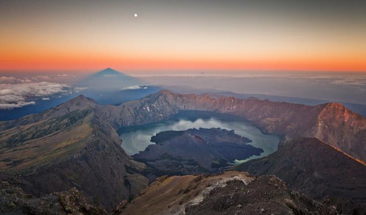 Watch the sunrise over Mt Rinjani
