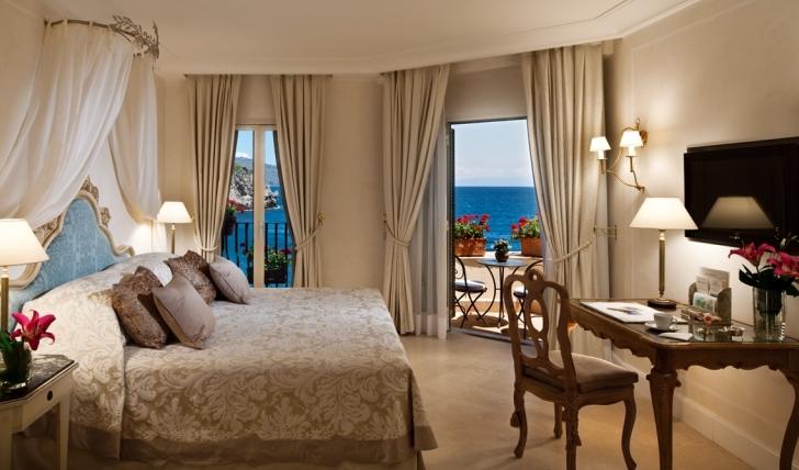 The beautiful decor of a luxury room at Villa Sant' Andrea