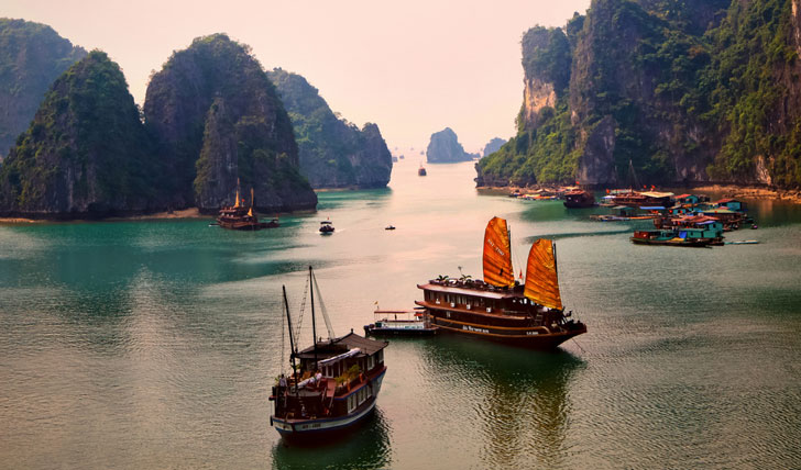 Water scene of Ha Long Bay