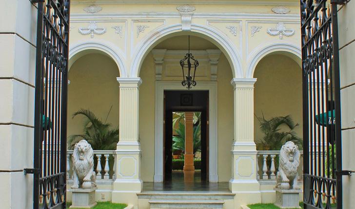 La Perla, grand entrance