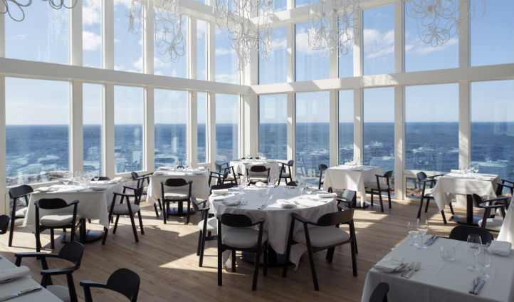 Dine overlooking the landscape - Photo © Alex Fradkin