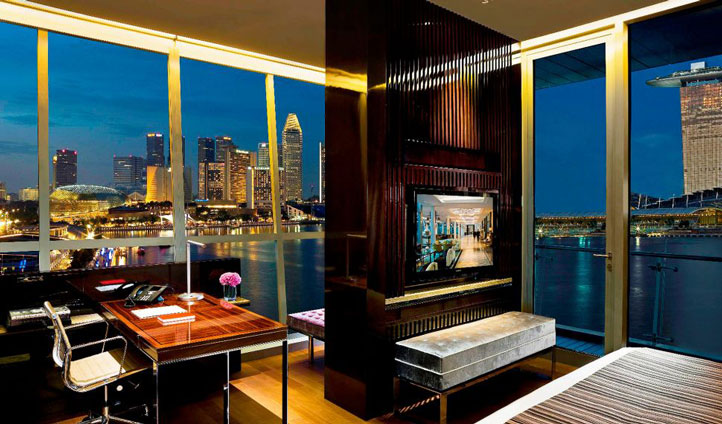 A suite with the perfect view of the Fullerton Bay