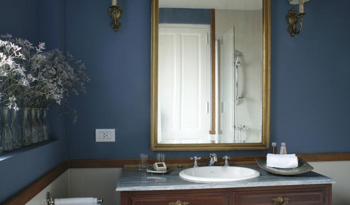 'El Heroe' bathroom