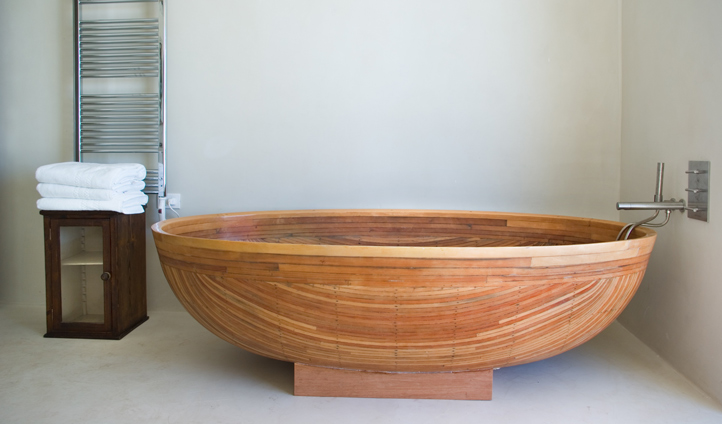 Your canoe-style wooden bathtub