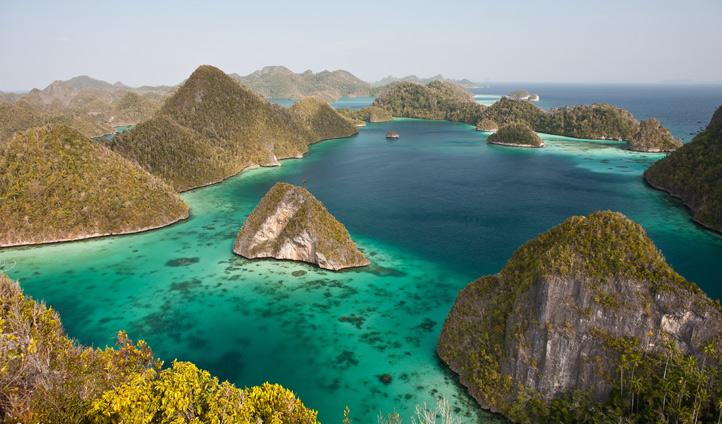 Sail by Indonesian limestone cliffs