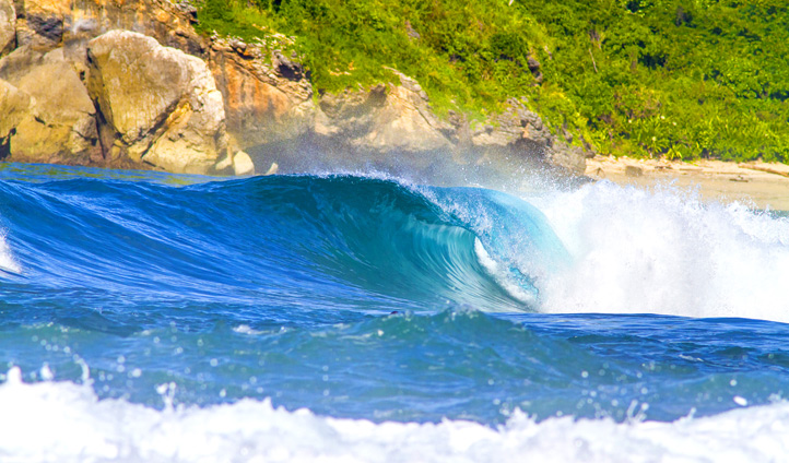 Surf in the perfect Indonesian waves