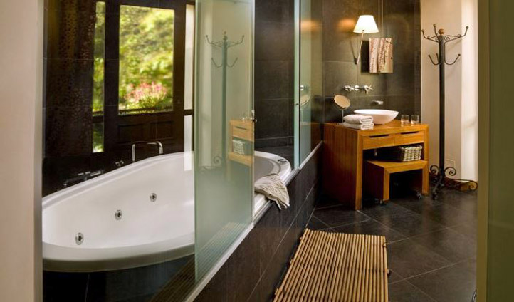 Large bathrooms perfect for relaxation. Image ©  Hisa Franko