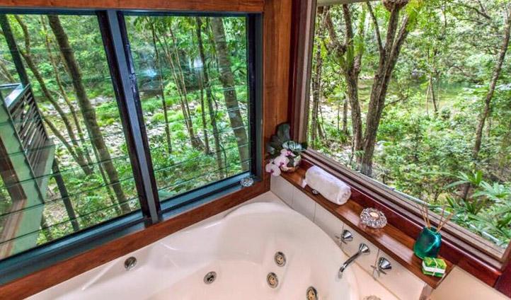 Bathe amongst the greenery. Image © Silky Oaks Lodge