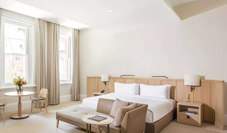 Neutral colours and natural light enhance the beauty of the rooms. Image © COMO The Treasury