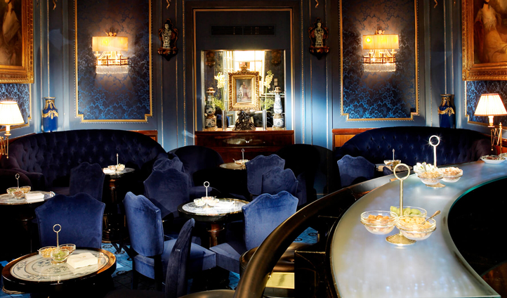 Enjoy an aperitif in the Blaue Bar before a night at the opera