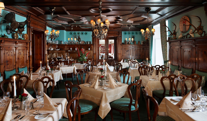 Gourmet cuisine in the traditional wood-panelled Zirbelzimmer restaurant