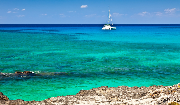 Tour Grand Cayman on your private yacht