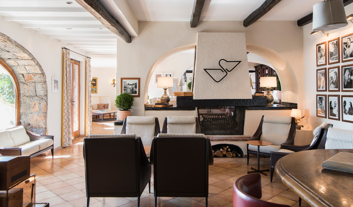 Chic and stylish, enjoy an aperitif in the bar