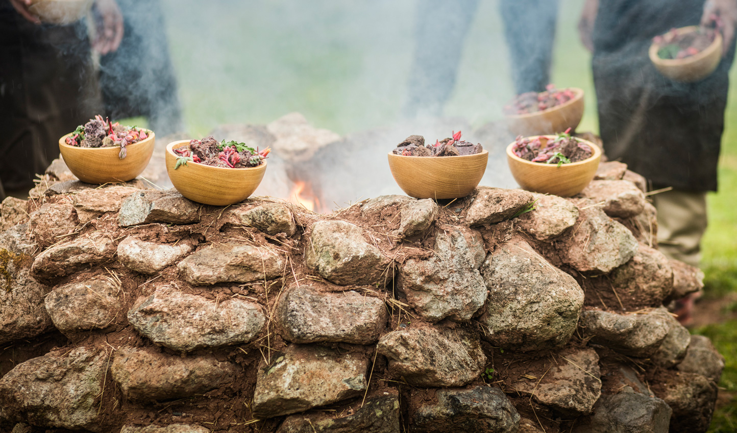 Cook a meal in a traditional huatia oven