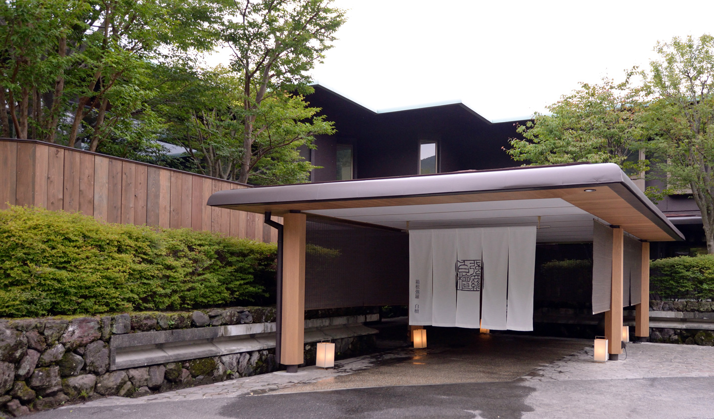 Drawn in by the soft scent of sandalwood, discover serenity at Byakudan