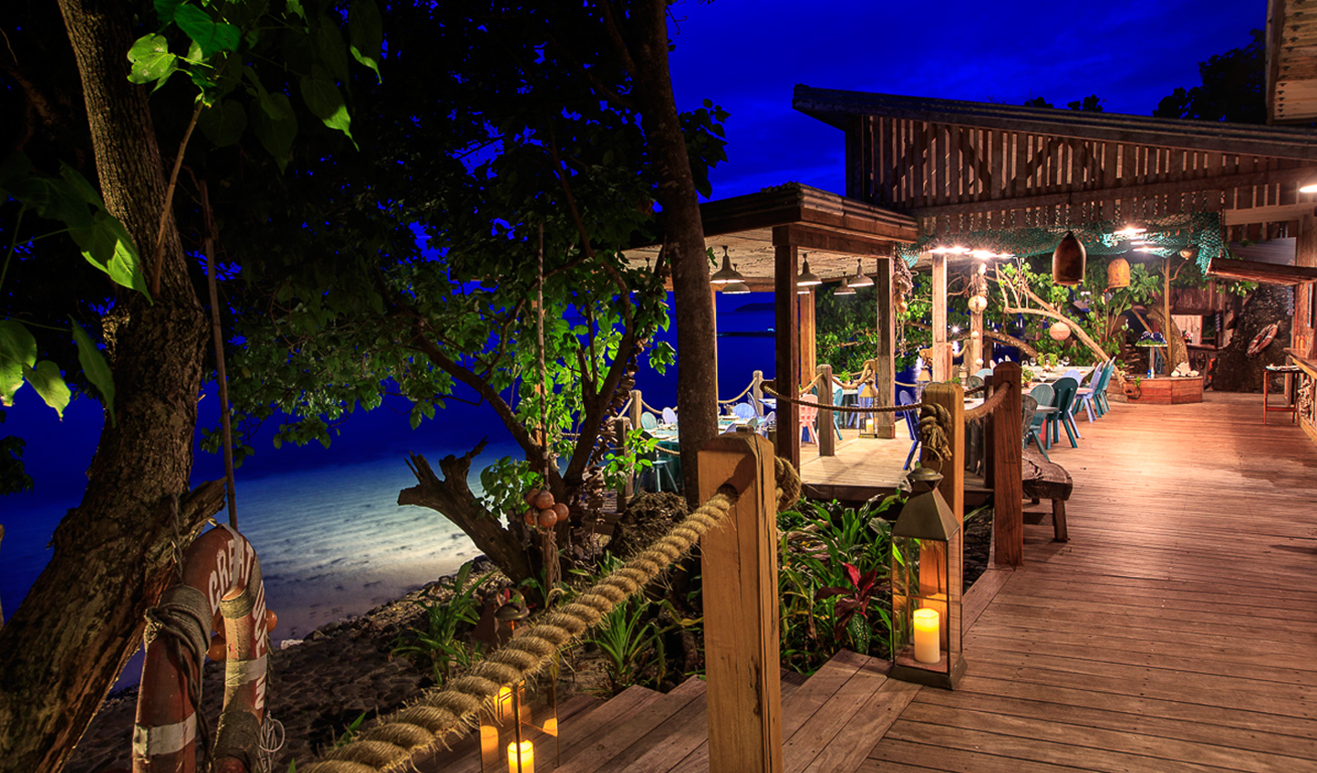 Dine at the ocean's edge