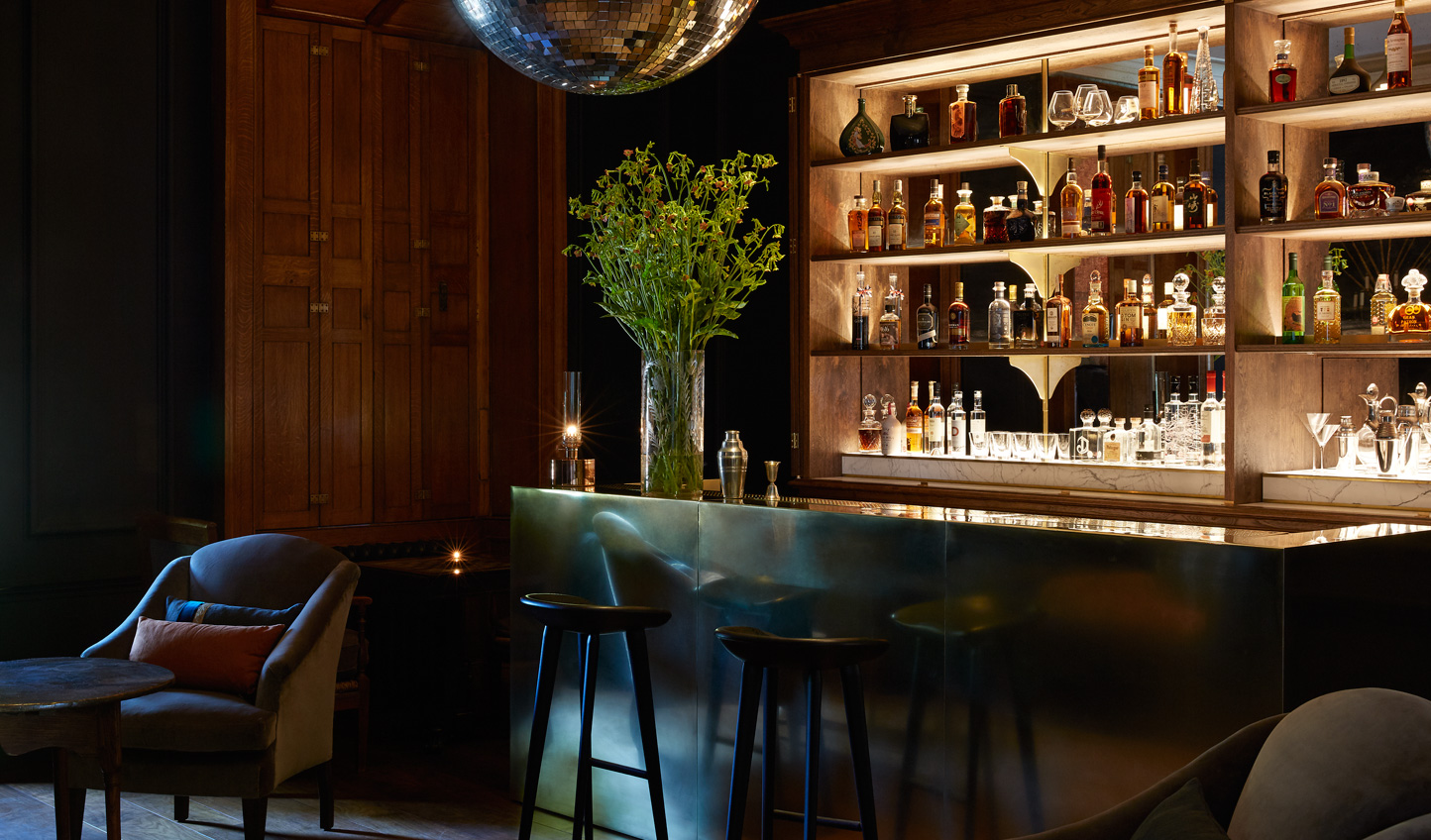 See out the evening in the glamorous Moon Bar